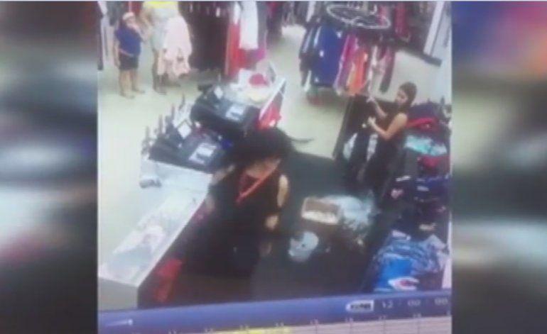 Sujeto golpea a vendedora en una tienda de Kendall