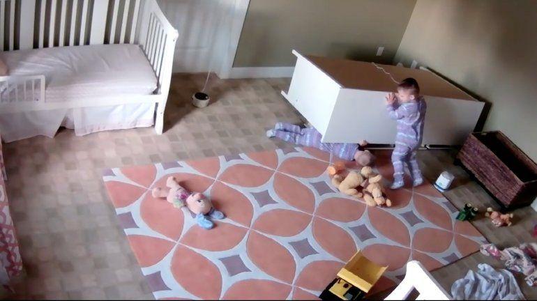 Gemelo rescata a su hermano atrapado bajo un mueble