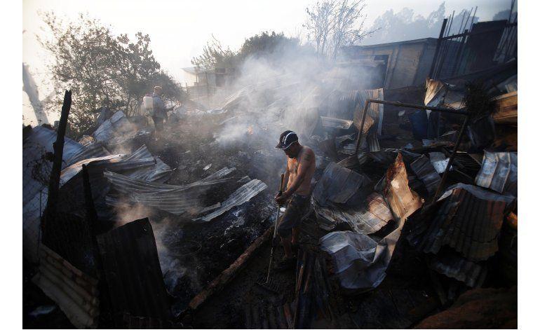 Bombero chileno sigue trabajando mientras arde su casa
