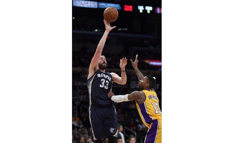 Lakers encestan 17 triples, ganan a Grizzlies 116-102