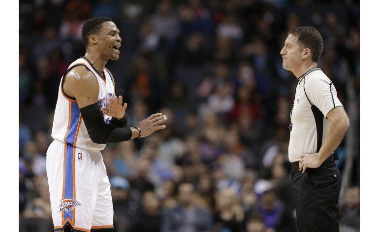 Castigan a Westbrook por golpear a un árbitro con un balón
