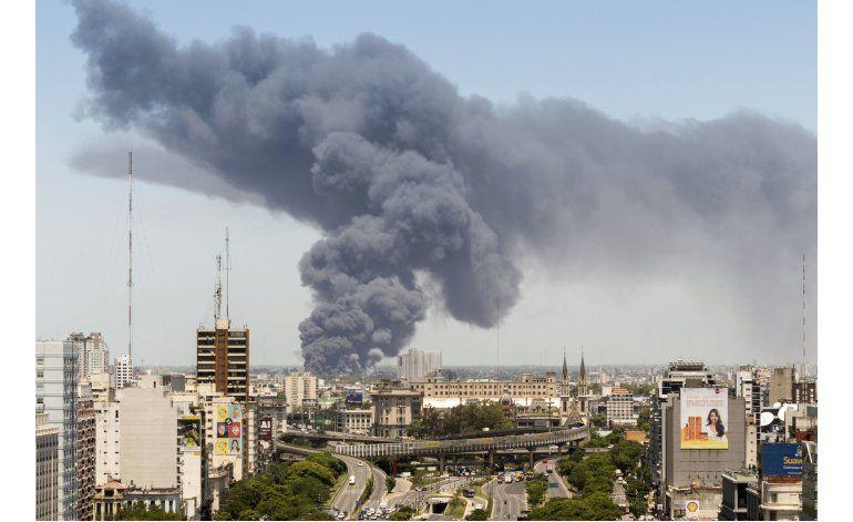 Incendio destruye fábrica de colchones en Buenos Aires