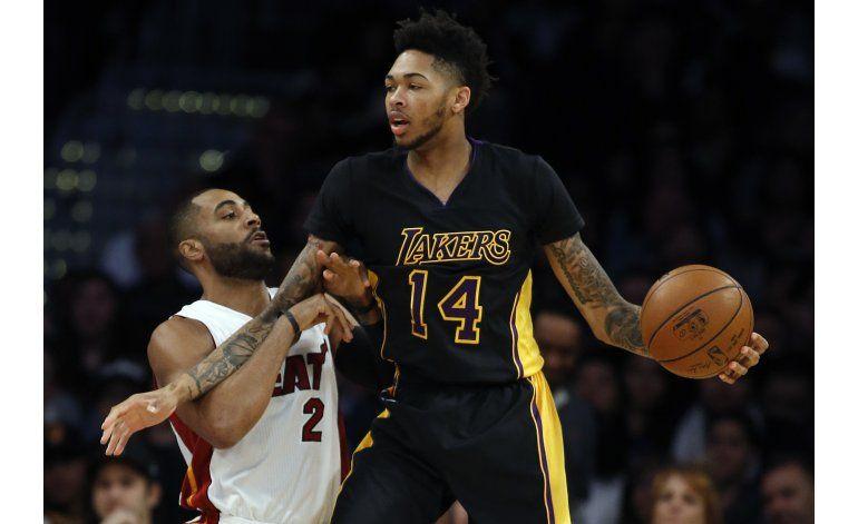 Lakers vencen al Heat 127-100 después de dos expulsiones