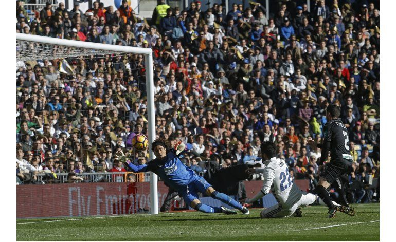 El Madrid golea al Granada e iguala récord invicto
