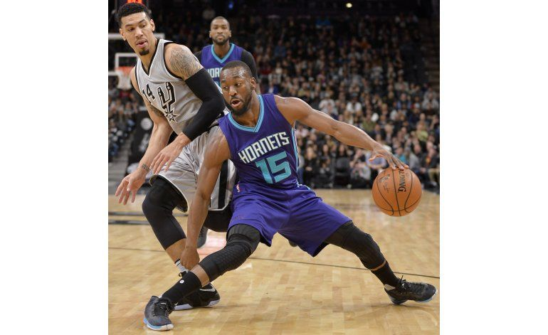 Novato Bertans encabeza triunfo de Spurs sobre Hornets
