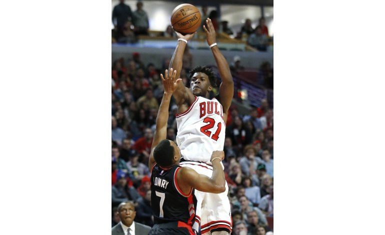 Butler logra 42 puntos y Bulls vencen a Raptors en prórroga