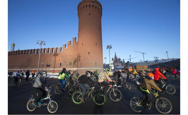 Moscovitas desafían frío intenso para pasear en bici