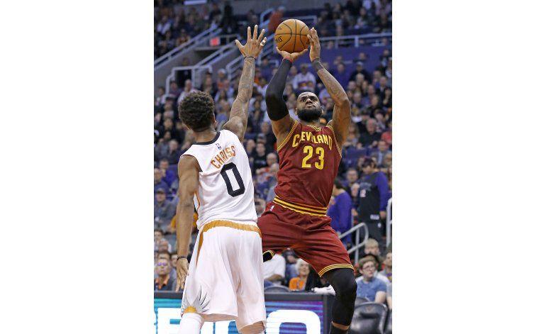 LeBron anota 28 puntos y Cavaliers vencen 120-116 a Suns