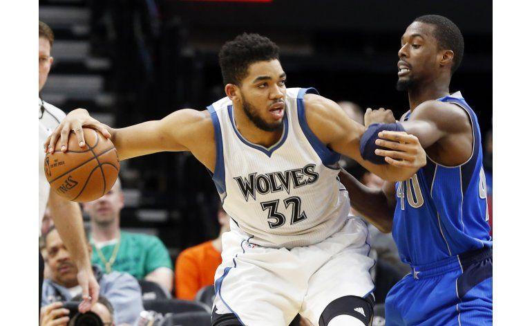 Towns y Rubio aportan doble doble; Wolves vencen a Mavs