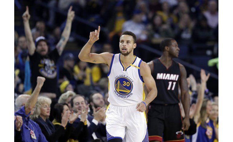 Curry, Durant lideran a Warriors sobre el Heat 107-95