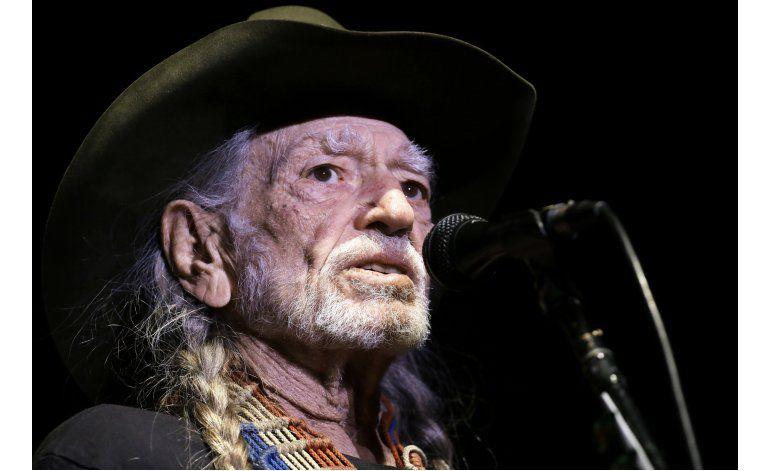 Willie Nelson quiere que Loretta Lynn pruebe su marihuana