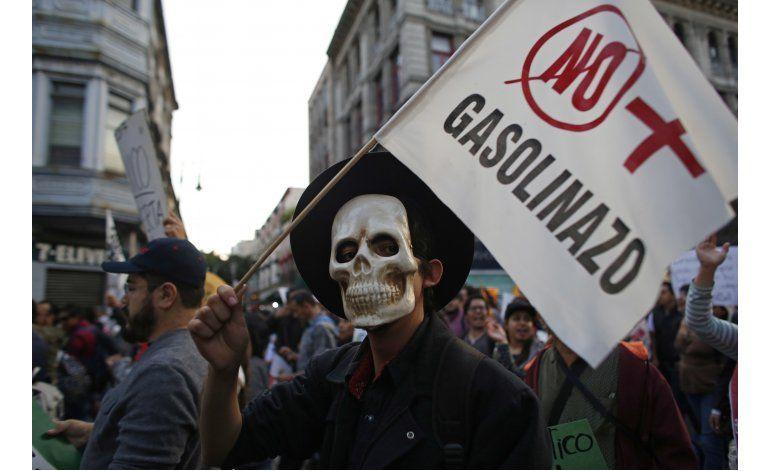 Peña Nieto trata de calmar descontento por alza de gasolina