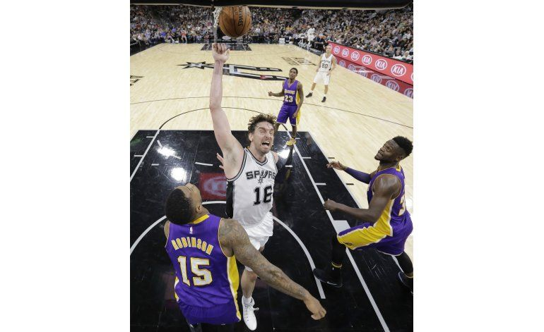 Con 31 puntos de Leonard, Spurs destrozan a Lakers 134-94