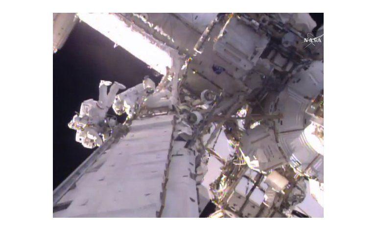 Astronautas mejoran la red eléctrica de la Estación Espacial