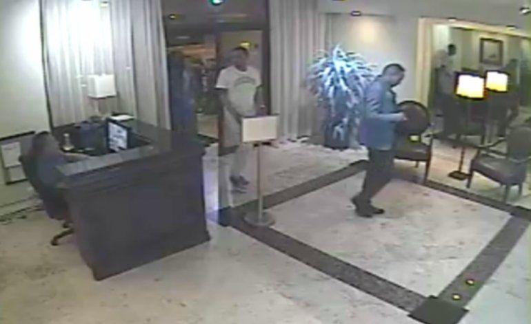 Policía de Miami Beach busca a dos sospechosos que robaron en una residencia