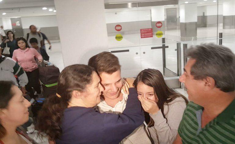 Dramáticas imágenes de cubanos recién llegados, después de ser retenidos en Aeropuerto Internacional de Miami