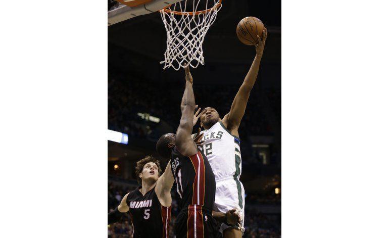 Con 24 de Parker, Bucks derrotan al Heat