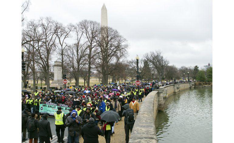 Miles marchan bajo el frío en honor a Martin Luther King