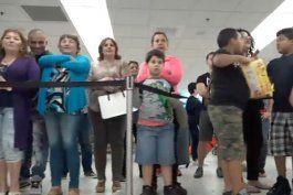 cubanos desesperados en aeropuerto de miami, tras no saber nada de sus familiares recien llegados de la isla