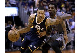 johnson despierta en el 4to periodo; jazz supera a suns
