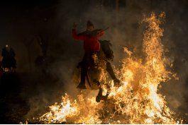 espana: ritual de fuego con caballos resiste pese a criticas