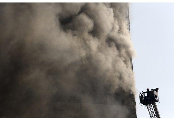 Irán: Colapso de rascacielos mata a 30 bomberos en Teherán