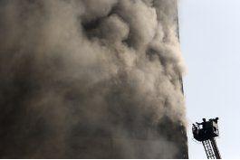 iran: colapso de rascacielos mata a 30 bomberos en teheran