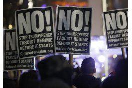 celebridades participan en protesta contra trump