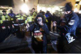 manifestantes y partidarios de trump chocan en washington