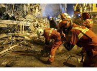 rescatistas buscan a victimas en edificio derrumbado en iran
