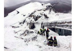 italia: rescatan a sobrevivientes de avalancha