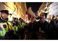 manifestantes, partidarios de trump chocan en deplorabaile