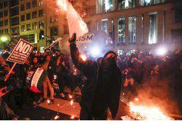 chocan manifestantes y policia durante investidura de trump