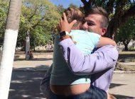 emocionante reencuentro de un padre cubano con su hija pequena