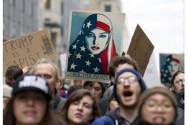 mujeres marchan en demostracion de fuerza a trump