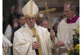el papa advierte contra salvadores de un mundo en crisis