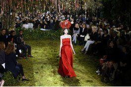 grazia chiuri presenta 1er desfile de alta costura para dior