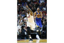 con triple de waiters, heat sorprende a warriors