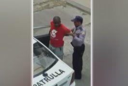 arrestan violentamente un conductor de bicitaxi