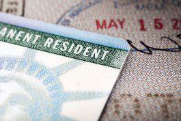 controversia tras el alza en costos de tramites de inmigracion