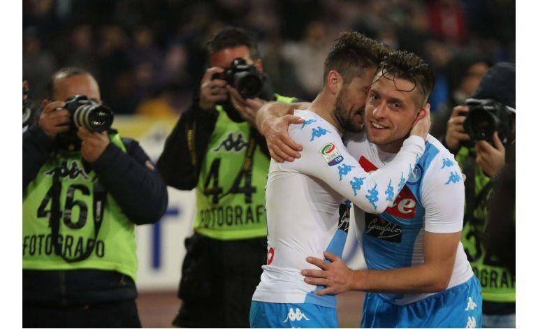 Napoli vence 2-0 a Genoa y le apunta al Real Madrid