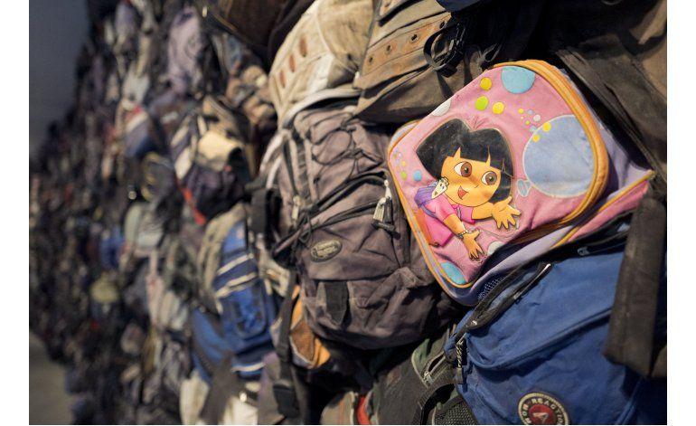 Galería de NY exhibe muro hecho con mochilas de inmigrantes