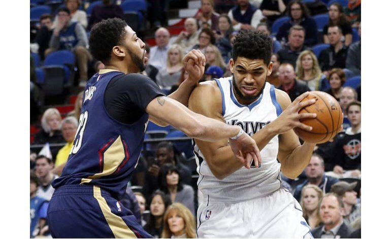 Davis le gana el duelo a Towns, Pelicans vencen a Wolves