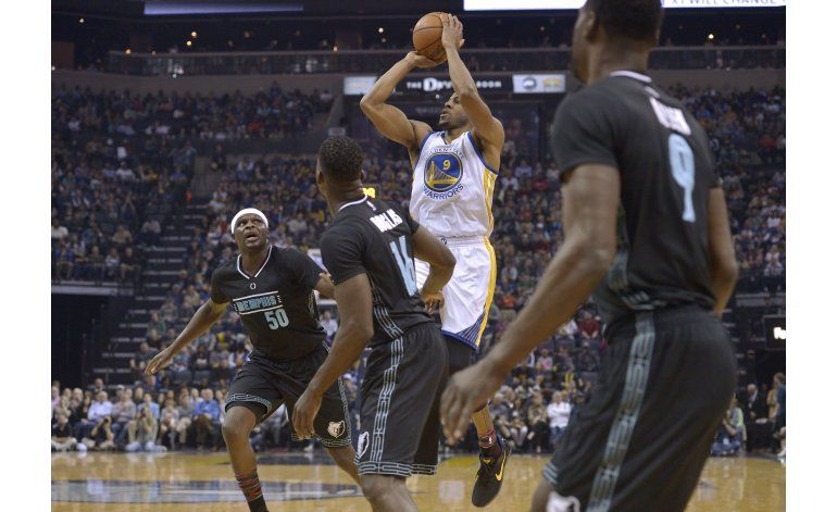 Green logra un triple doble, Warriors ganan a Grizzlies