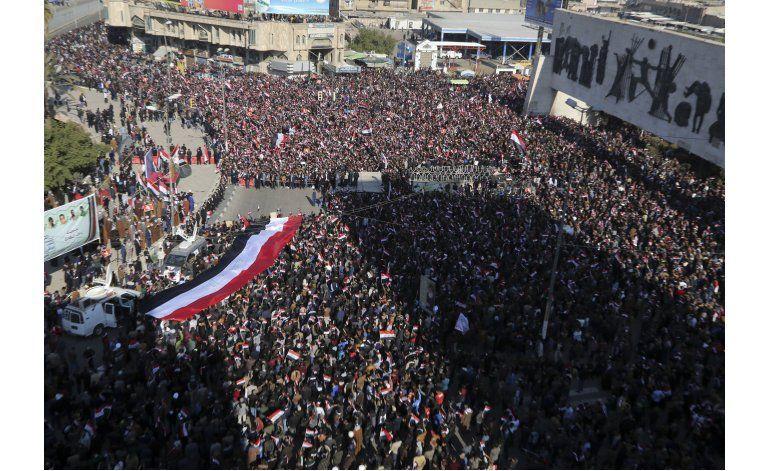 Policía emplea gas lacrimógeno contra una protesta en Bagdad