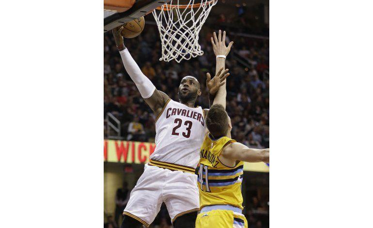 LeBron y Irving se destacan, Cavaliers ganan a Nuggets