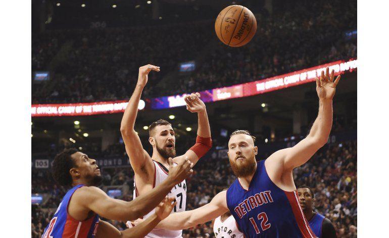 Pistons remontan en último cuarto para vencer a Raptors