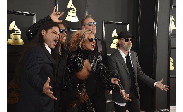 CeeLo bañado en dorado y Gaga rockera en alfombra de Grammy