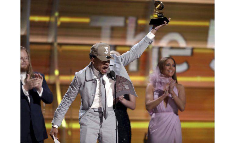 Adele triunfa en los Grammy, pero honra a Beyonce