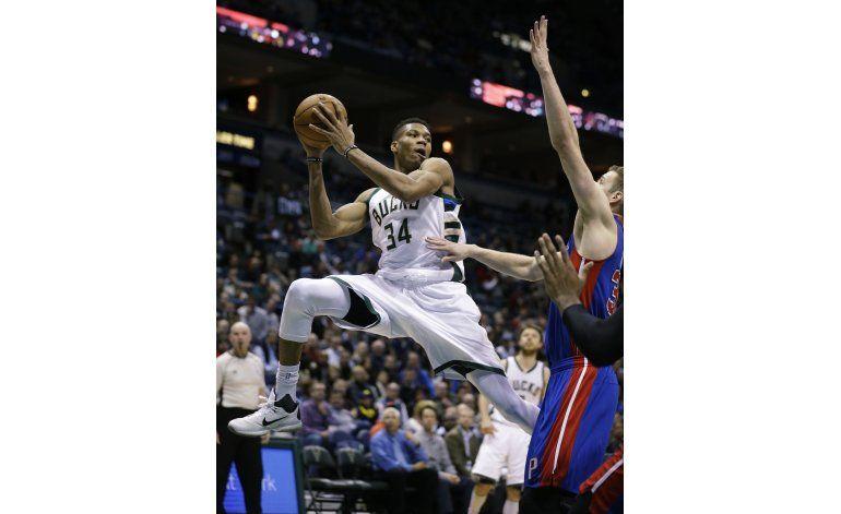 Bucks vencen a Pistons con doble-doble de Monroe